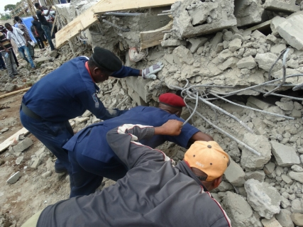 PHOTONEWS : Labourers Trapped Inside Collapsed Building In Akure
